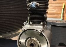 Motorblock mit feinen Drahtbürsten gereinigt